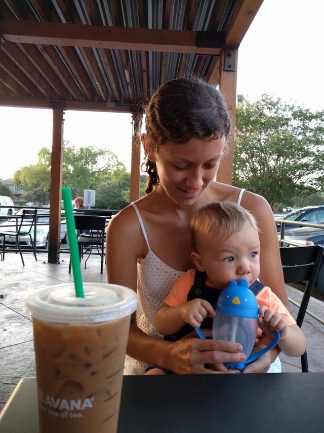 Tác giả Christina Clemer và con trai.
