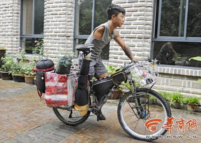 Dù cụt một bên chân và tay, chàng trai 9x vẫn cố đạp xe, nuôi hi vọng chinh phục ngọn núi Hoa Sơn nổi tiếng - Ảnh 1.