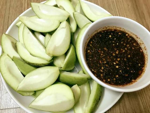 Xoài bao tử chấm mắm Thái đang là món ăn vặt gây sốt trong thời gian gần đó