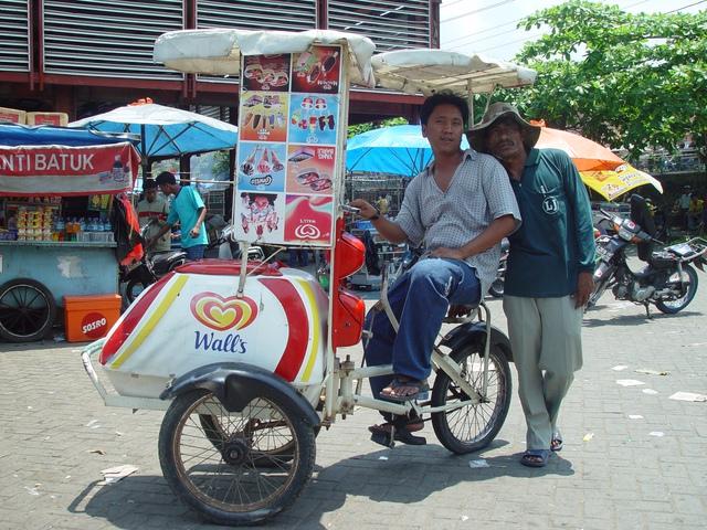 Những người bán hàng rong có thể thành cứu tinh cho nền kinh tế Indonesia bằng cách này - Ảnh 2.