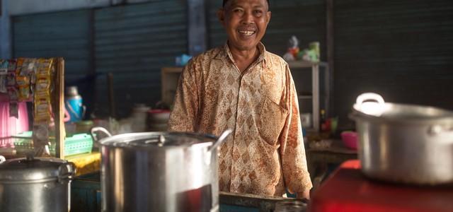 Những người bán hàng rong có thể thành cứu tinh cho nền kinh tế Indonesia bằng cách này - Ảnh 1.
