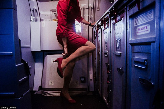 Chùm ảnh: Cuộc sống bí ẩn của các tiếp viên hàng không ở độ cao hơn 9.000m - Ảnh 1.