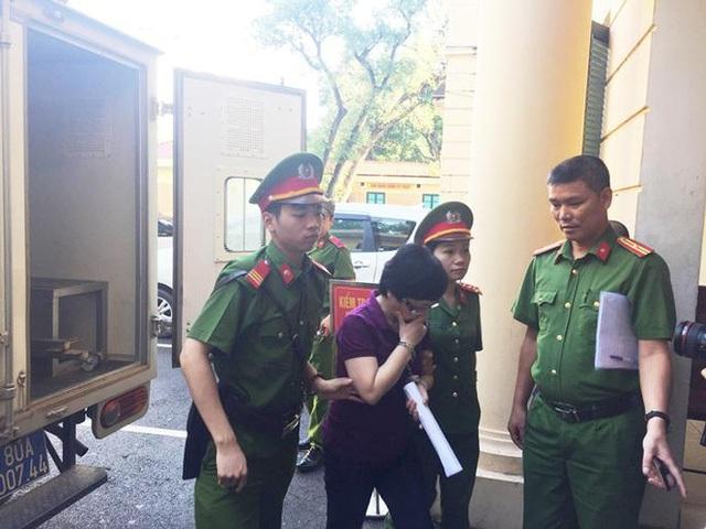 Bà Nga bị dẫn giải đến tòa.