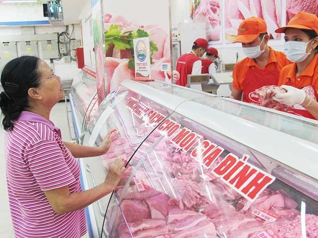 Khách hàng đan gmua thịt heo ở trọng điểm thương mại