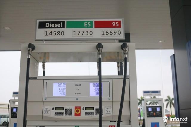 Vừa mở cây xăng đầu tiên ở Việt Nam, đại gia Nhật Bản đã gây sốt: Bán xăng chính xác tới 0,01 lít, lau kính ô tô miễn phí, nhân viên cúi gập người chào khách - Ảnh 4.