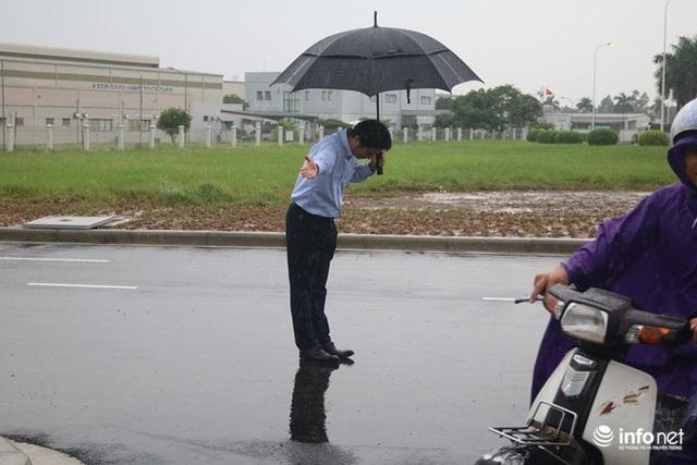 Hình ảnh được chia sẻ nhiều nhất hôm nay: Ông chủ người Nhật đội mưa, cúi người chào khách vào đổ xăng ở Hà Nội - Ảnh 1.