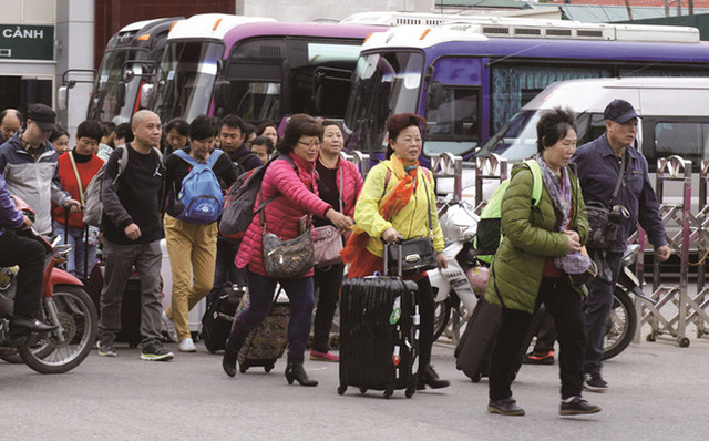 Khách Trung Quốc, Hàn Quốc đổ đến Việt Nam: Tăng nóng và hệ lụy - Ảnh 1.