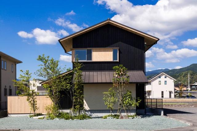 Ngôi nhà nằm ở vị trí lý tưởng với 4 bên rộng thoáng, xung quanh còn có rất nhiều cây xanh.