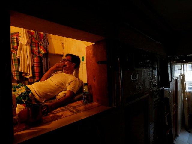 """Simon Wong, 65 tuổi, sống trong """"căn nhà"""" chỉ đủ rộng để treo vài cái áo, một hai cái quần."""