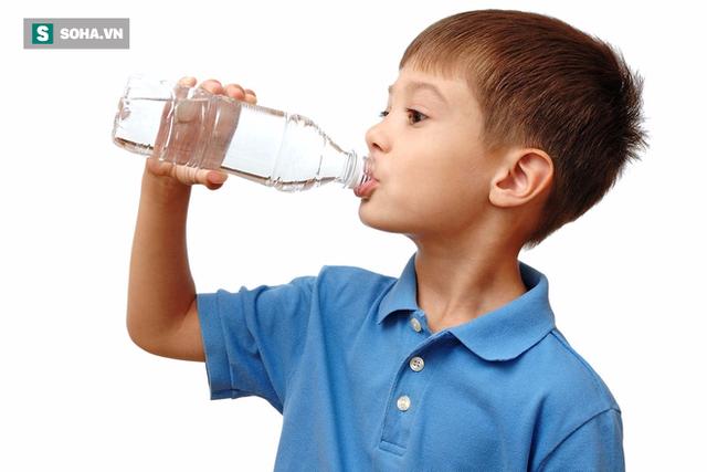 Báo động: Rất nhiều trẻ em đang uống không đủ nước so với tiêu chuẩn - Ảnh 1.