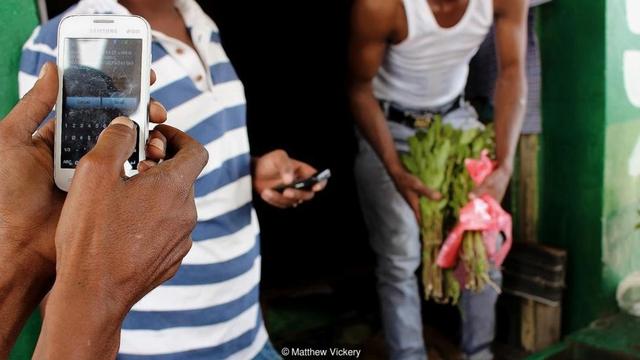 Quốc gia nghèo chẳng có gì ngoài tiền, đi chợ mua rau cũng phải mang cả bao tải, chất tiền thành đống - Ảnh 1.