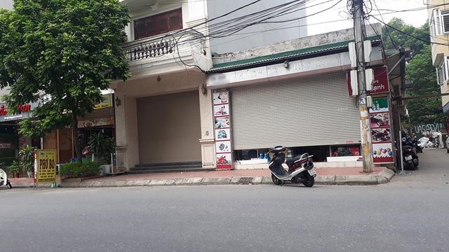 Cảnh tượng vắng vẻ tại phố Nguyễn Sơn. Những biển hiệu có chữ xách tay đều đã bị bóc gỡ.