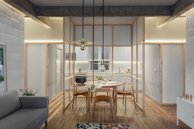 Không gian phòng khách được thiết kế đơn giản bên khung cửa sổ nhỏ xinh. Sàn lát gỗ giúp không gian sinh hoạt chung của gia đình thêm ấm cúng và hiện đại.