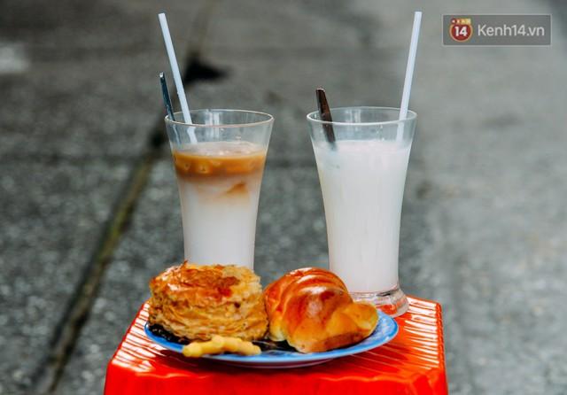 Những ly sữa tươi được bán vào sáng sớm tại quán vỉa hè nằm trên đường Phùng Khắc Khoan (TP. HCM)