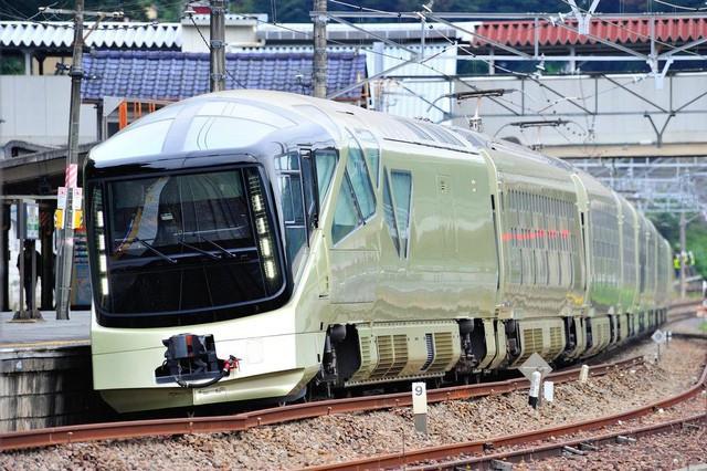 Công ty đường sắt East Japan vừa cho ra mắt đoàn tàu mang tên Shiki-Shima để phục vụ cho những lộ trình đặc biệt, nhằm mang lại cho khách hàng những trải nghiệm sang trọng và hoàn hảo nhất. Đi qua những danh thắng nổi tiếng của đất nước, đoàn tàu chỉ đảm trách nhiệm vụ duy nhất là đưa hành khách đi tham quan.