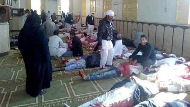 Cảnh tang thương trong vụ tấn công tồi tệ bậc nhất lịch sử Ai Cập làm 235 người chết - Ảnh 1.