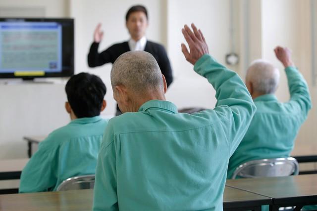 Vì sao người già Nhật Bản sẵn sàng ăn trộm chỉ để được... ngồi tù? - Ảnh 2.