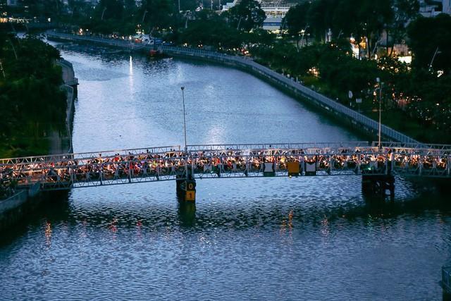 Vụ nghịch lý 2 cây cầu song song ở Sài Gòn: Đã lắp dải phân cách dưới chân cầu Trần Khánh Dư để chống kẹt xe - Ảnh 1.