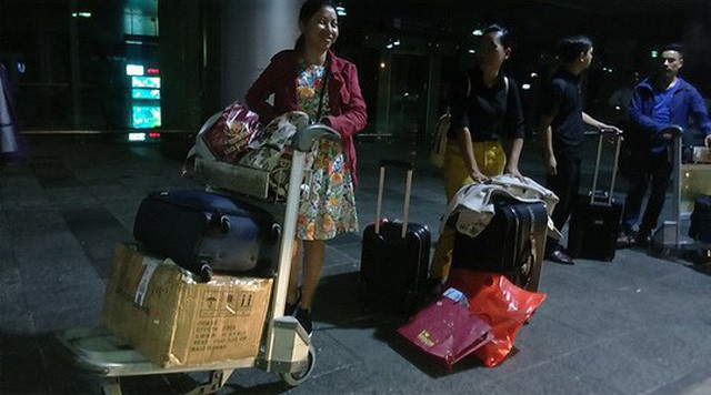Hành lý nặng thế này nhưng bảo vệ sân bay không cho anh Văn và người nhà thuê taxi khác vào rước về. Ảnh: CÔNG VĂN