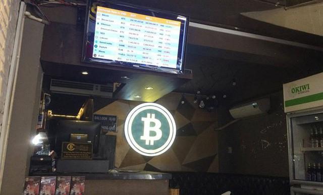 Bảng điện tử trực tuyến Bitcoin tại quán cà phê trên đường Bùi Viện (Q.1). Ảnh: Uyên Phương.