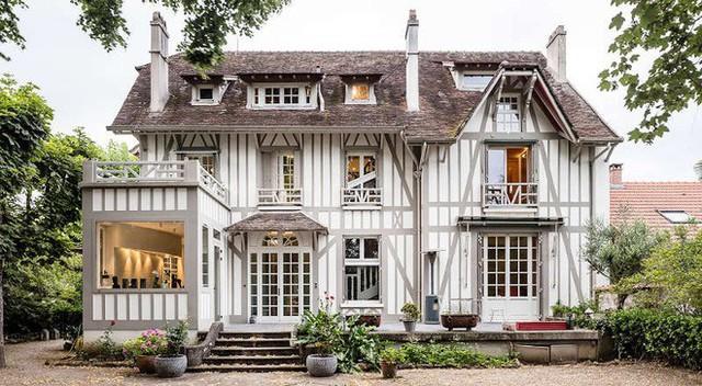Ngôi nhà gỗ tuyệt đẹp với cách sử dụng màu sắc tối giản nổi bần bật cùng cách bài trí nội thất mới bên trong.
