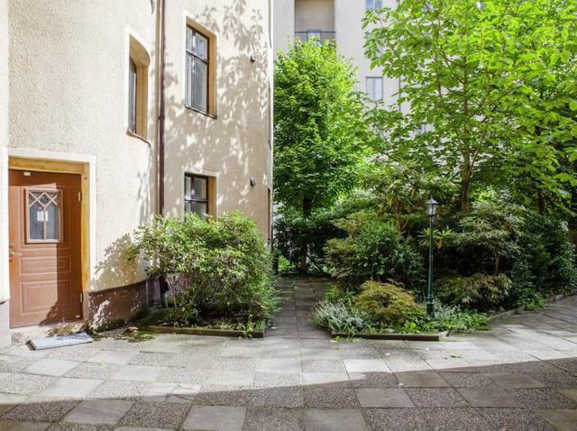 Căn hộ nhỏ xinh 37m2 nằm ngay dưới tầng 1 của một khu chung cư cao tầng. Bên ngoài là cả một khu vườn tràn ngập cây xanh.