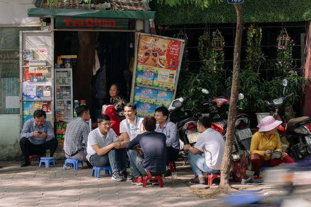 Dân công sở ngồi tán gẫu bên những ly trà đá.
