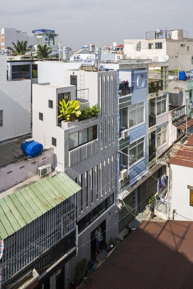 Ngôi nhà trong hẻm nhỏ ấn tượng với mặt tiền bằng gạch terrazzo.