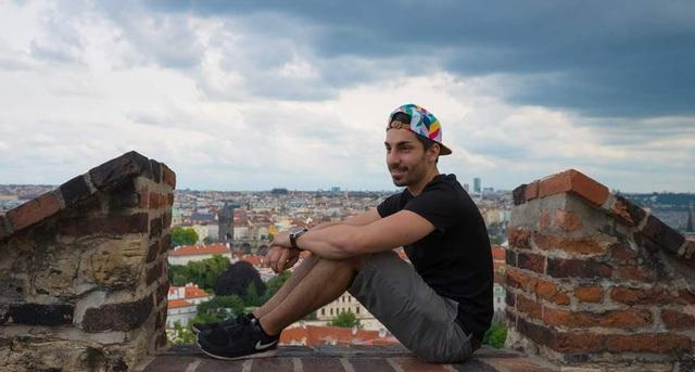 Eddi đang ngắm nhìn toàn bộ thành phố cổ lớn nhất thế giới Prague Castle.
