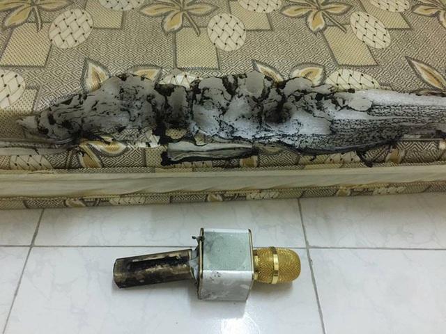 Theo chia sẻ từ người đăng tải hình ảnh này thì micro phát nổ khi đang sạc ngay trên tấm đệm. Ảnh: Facebook.