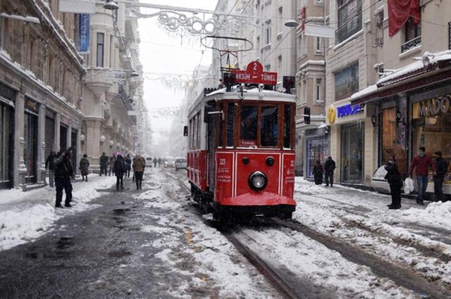 Một chiếc xe điện tại TP Istanbul - Thổ Nhĩ Kỳ. Ảnh: AP