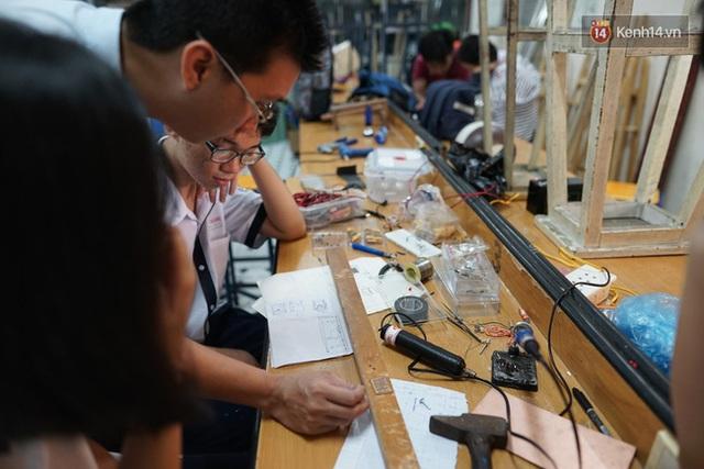 Thầy Tùng cùng các em học sinh nghiên cứu chế tạo đèn trong phòng thí nghiệm của trường.