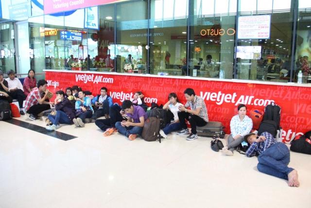 Thứ trưởng Lê Đình Thọ cho rằng khuyến cáo khách đến sớm 3 tiếng trước giờ bay khiến người dân phải ăn, ngủ ở sân bay thể hiện sự yếu kém trong tổ chức. Ảnh: Phan Tư