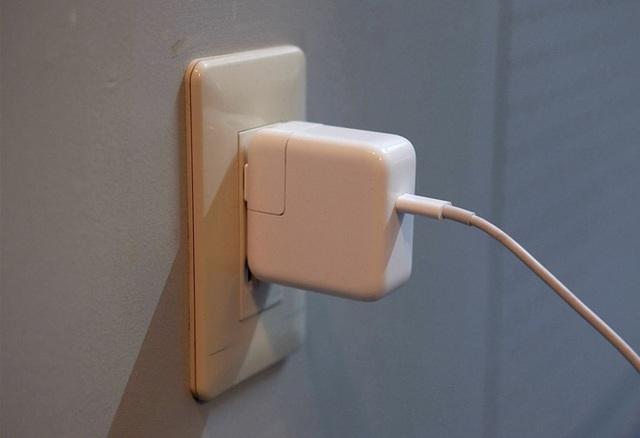 Dùng sạc iPad để sạc iPhone sẽ cho tốc độ sạc nhanh hơn.