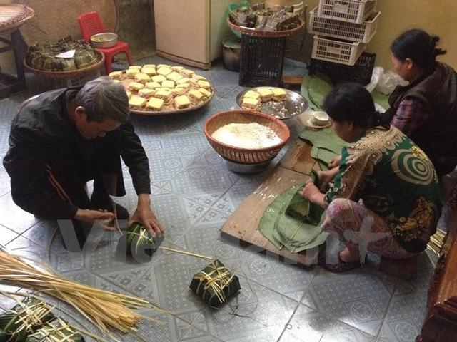 Gia đình cô Đỗ Thị Phương (Long Biên, Hà Nội) có nghề gói bánh chưng từ nhiều đời. (Ảnh: PV/Vietnam+)