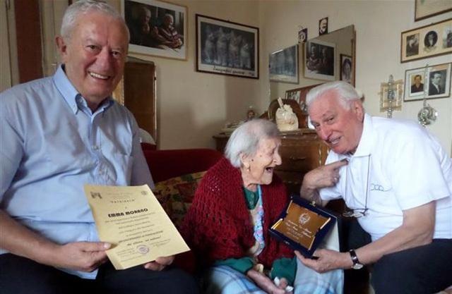 Cụ Morano nhận bằng chứng nhận của Kỷ lục Guinness Thế giới