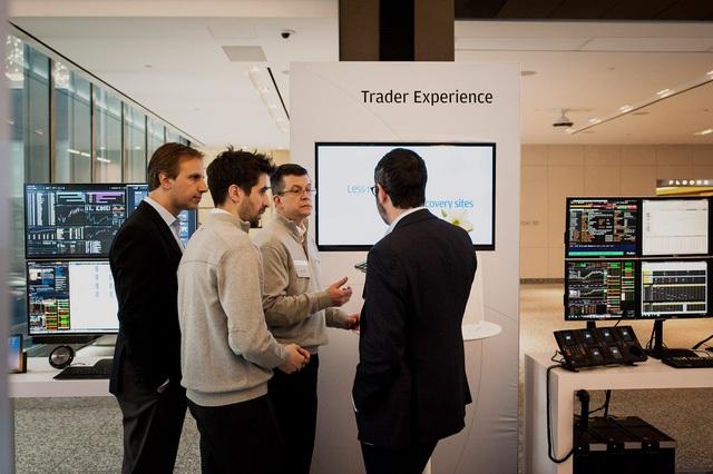 Các nhà đầu tư thảo luận về một phần mềm của JPMorgan Chase.