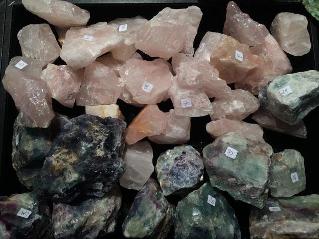 Tại hội chợ Mineral Expo, thạch anh hồng Brazil thô được bán với giá 5-10 PLN (30-60 ngàn VNĐ) một khối to bằng khoảng nắm tay.