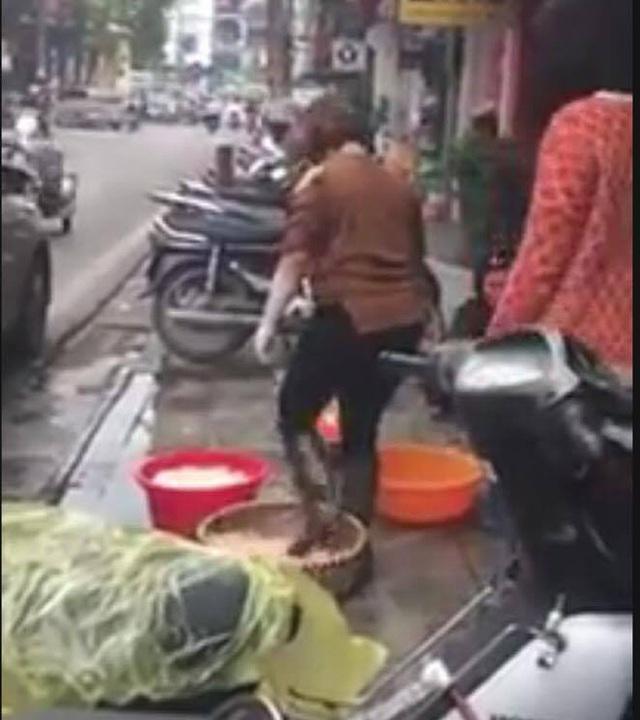 Quán lòng lợn rửa bằng chân trên phố Hàng Thùng bỗng vắng khách - Ảnh 1.