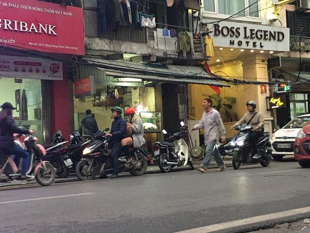 Quán lòng lợn rửa bằng chân trên phố Hàng Thùng bỗng vắng khách - Ảnh 2.