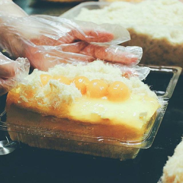 ... Là sản phẩm bán chạy nhất ở cửa hàng này. Suất bánh thường khá lớn, một người không ăn xuể nhưng thường thường, nó chỉ đem đến cảm giác no bụng chứ không khiến người ta bỏ ăn vì bị ngấy.