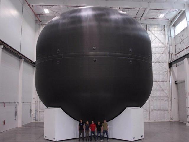Nhân viên SpaceX đứng trước một bồn chứa nhiên liệu Carbon fiber ( Sợi tổng hợp ) khổng lồ dành cho kế hoạch chinh phục sao Hỏa trong tương lai.