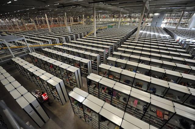 Kho hàng của Amazon trông cực kỳ lộn xộn, nhưng thực ra đó lại là đỉnh cao của nghệ thuật lưu trữ bằng công nghệ - Ảnh 2.