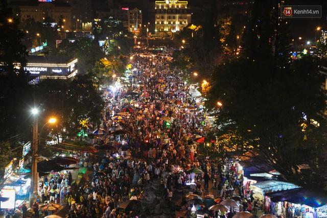 Hàng nghìn du khách đã đổ về đây vui chơi, tham quan, mua sắm.