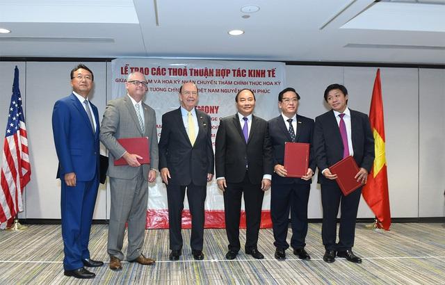 Thủ tướng Nguyễn Xuân Phúc và Bộ trưởng Thương mại Hoa Kỳ Wilbur Ross chứng kiến doanh nghiệp 2 nước trao các thỏa thuận hợp tác. Ảnh: VGP/Quang Hiếu