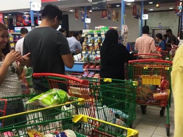 Người Qatar vội vã tích trữ thực phẩm, ồ ạt rút tiền khỏi ngân hàng - Ảnh 2.