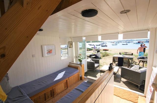 Toàn bộ căn nhà có tổng diện tích chỉ dao động 15m2. Bên trong được bố trí dễ làm, phía dưới là phòng khách, bếp. Trên gác xép là giường ngủ dành cho 2 người.