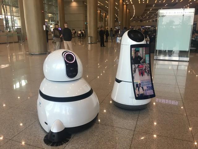 Một hình ảnh dễ thương khác của cặp đôi robot, đứng bên phải là robot hướng dẫn.