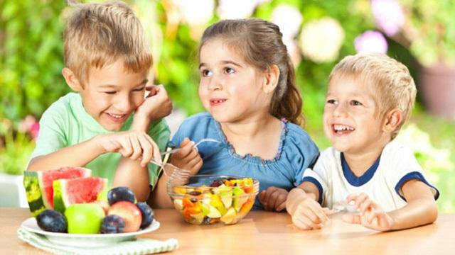 Khuyến cáo vẫn ủng hộ việc cho trẻ ăn trái cây thô hơn.