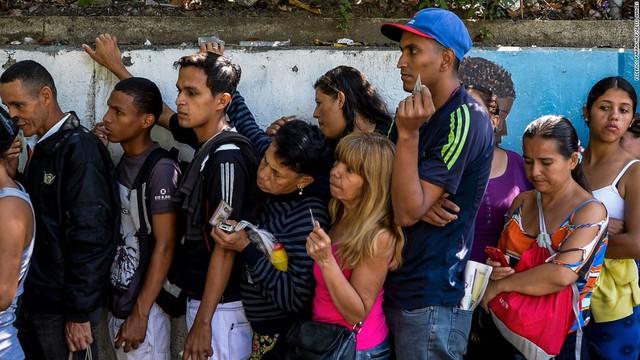 Vì sao nông dân Venezuela bán gà cũng không đủ tiền mua 1kg thức ăn? - Ảnh 1.